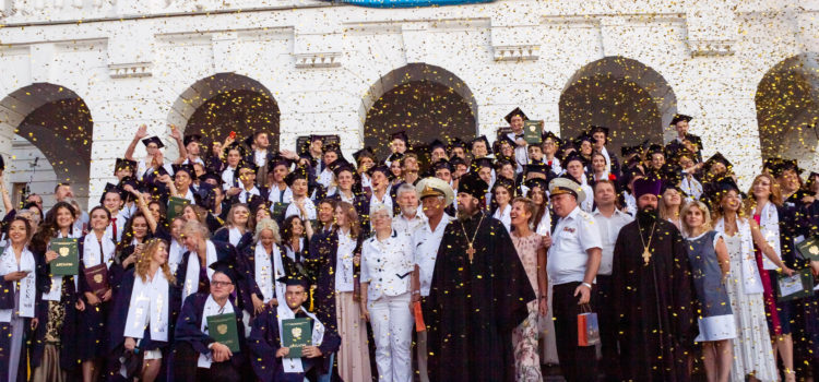 Председатель Контрольно-счетной палаты города Севастополя Юлия Кокарева вручила дипломы студентам